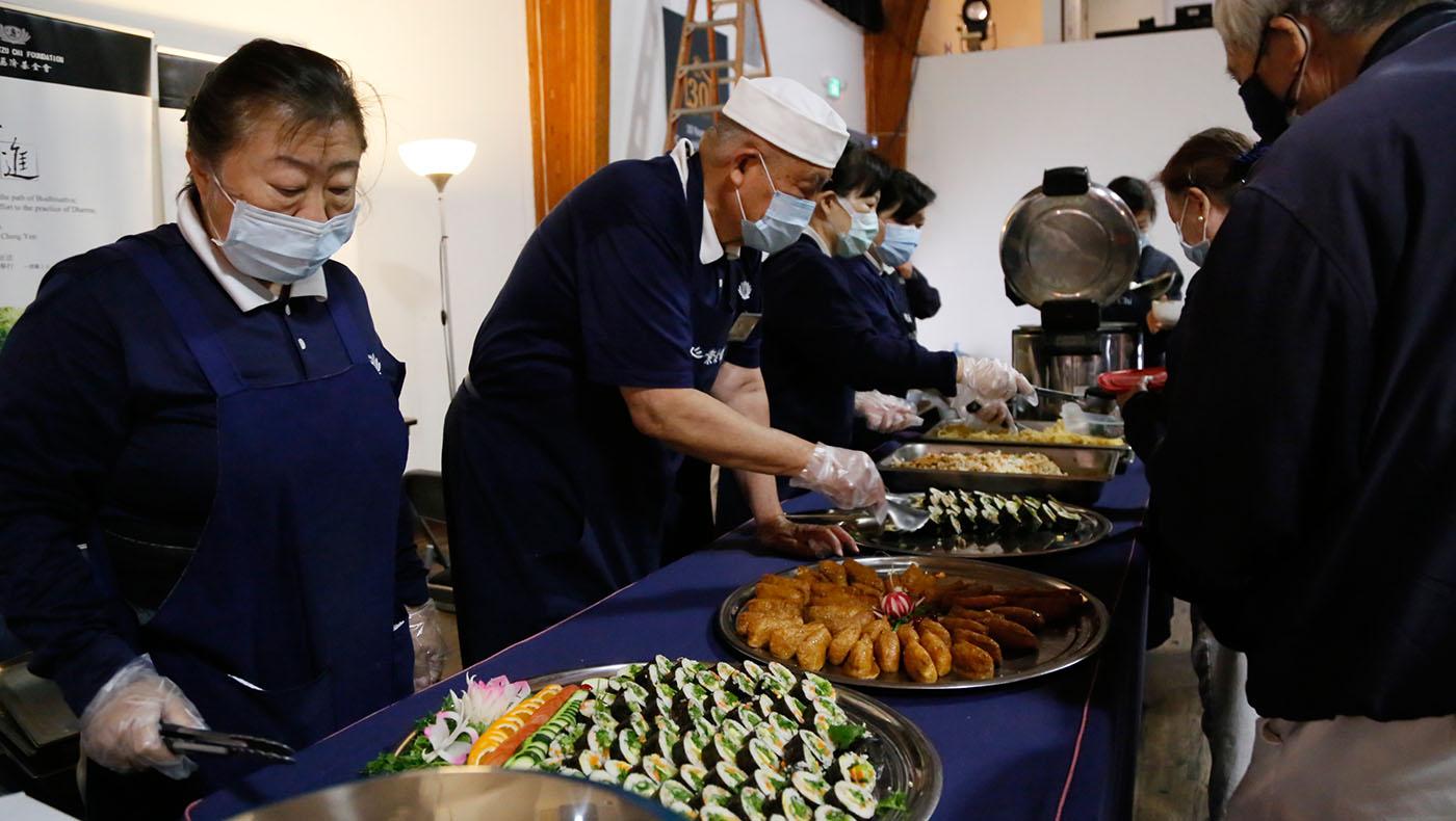 香積志工為辛苦的幕前幕後演員準備美味素料理補充體力。攝影/駱淑麗