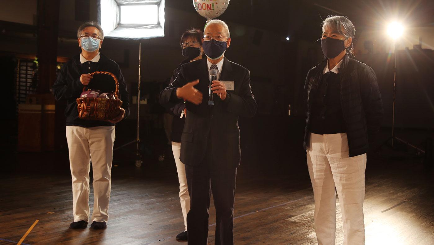 美國總會執行長陳濟弘(右二)正式錄影前為演員們打氣。攝影/駱淑麗