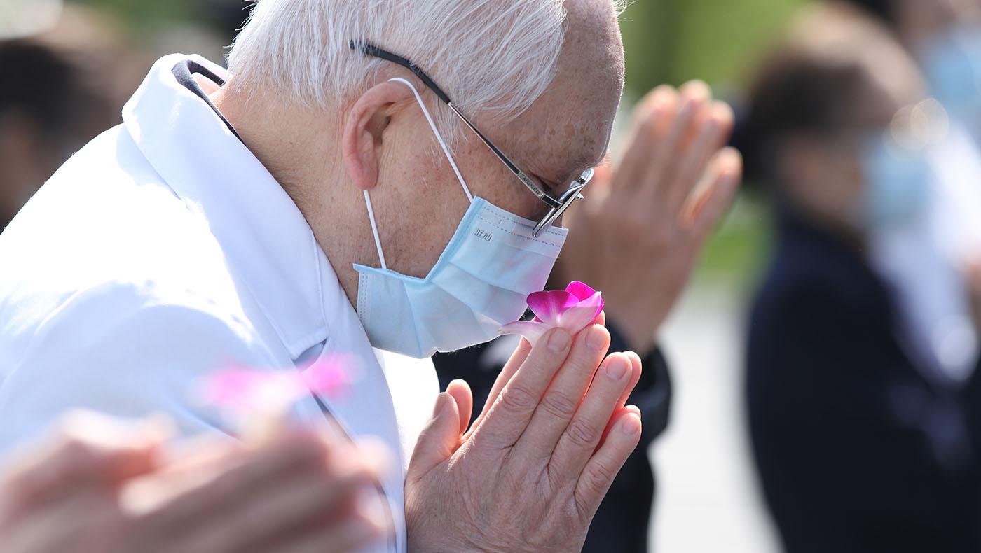 人醫會醫師韓明元,雙手合十虔誠祈禱。攝影/李仁傑