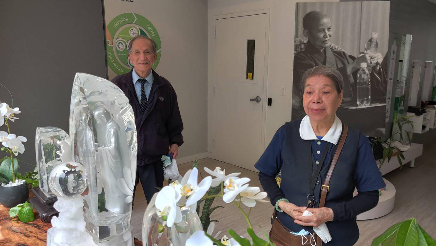 慈濟「大愛人文中心」在一樓擺設了浴佛台,紐約分會執行長蘇煜升帶著資深志工陳影雲(右)與羅際相(左)到現場參觀,一起禮佛。 攝影/蘇煜升