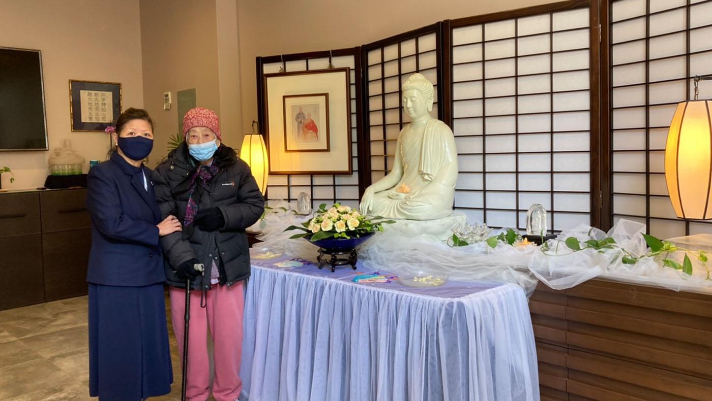 高齢102歲的早期志工李麥甜老菩蕯,前一陣子身體微恙,加上疫情,不方便出門,卻一直想念著慈濟家人。2021年5月10日,由看護陪同,特地造訪聯絡處浴佛。攝影者/李玉澍