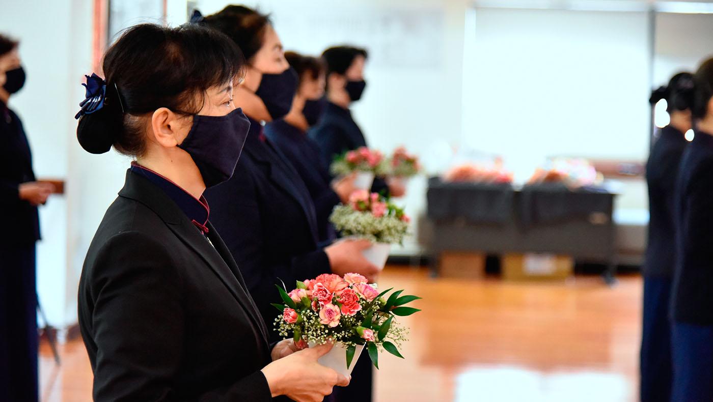 最後志工手捧鮮花,傳揚佛德法香。攝影/劉輝