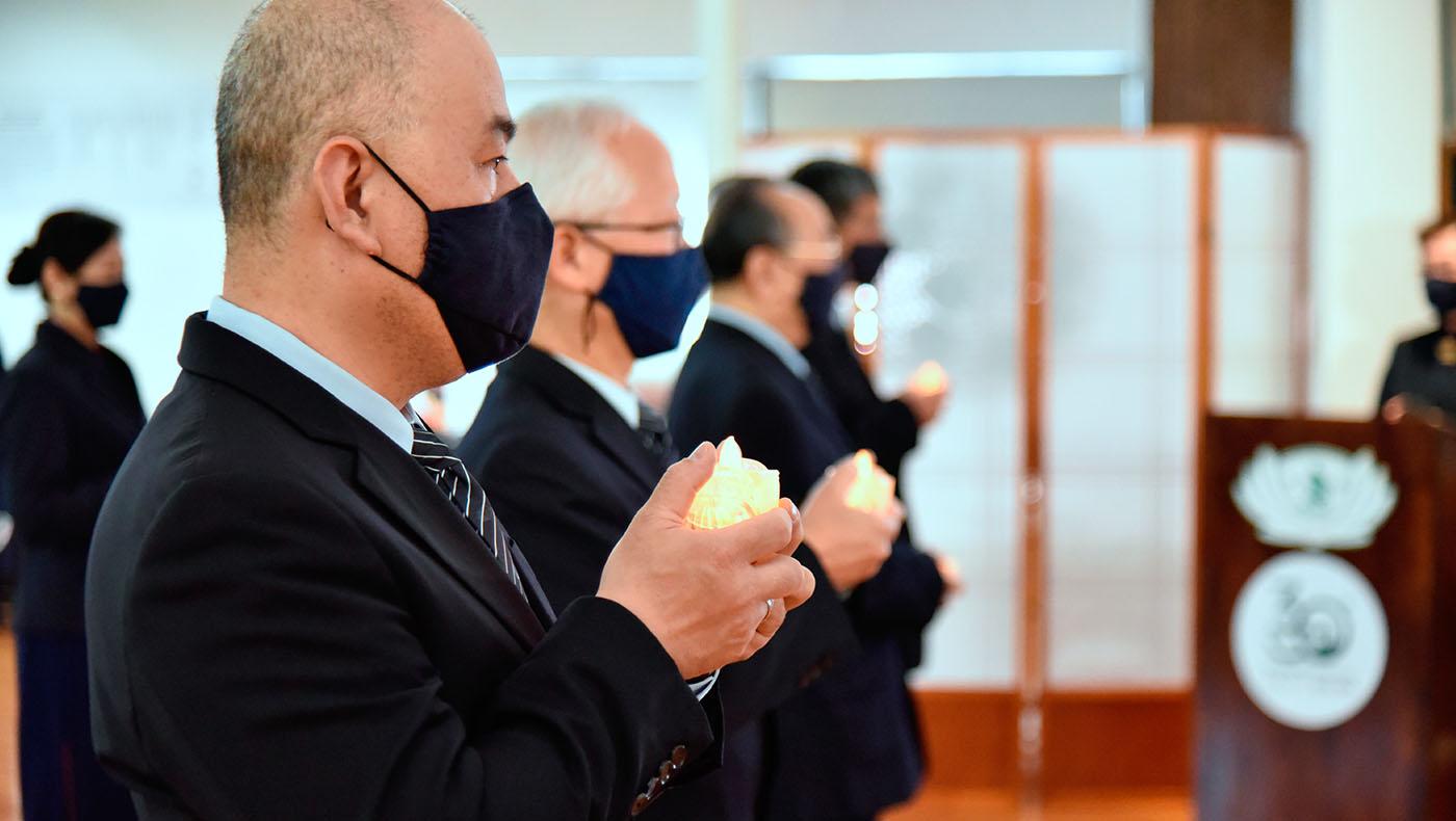 5月9日紐約分會浴佛典禮開始,由四位志工,莊嚴肅穆地獻燈燭,意味著光明。攝影/劉輝