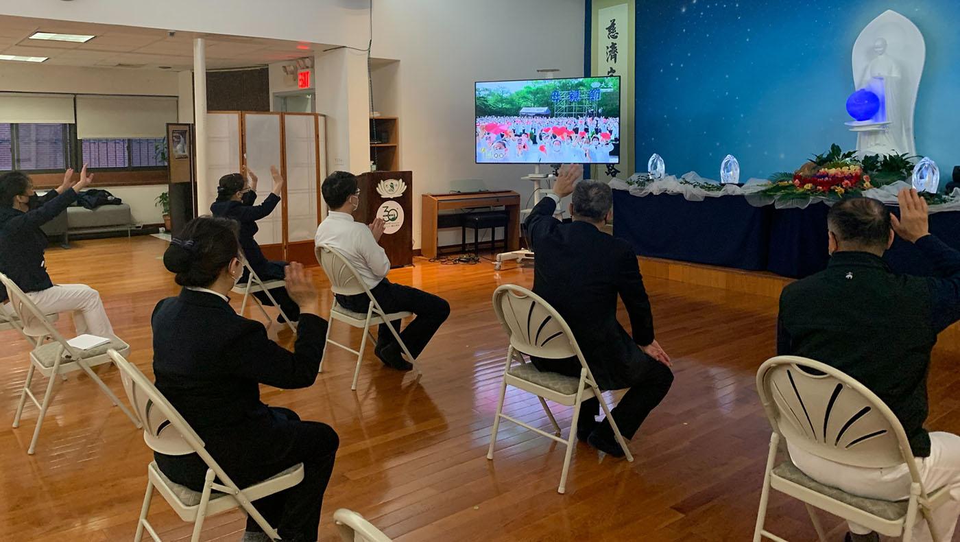 5月8日紐約分會由執行長蘇煜升帶領,現場共八位志工到會所參與臺灣浴佛連線,透過鏡頭與全球的慈濟家人打招呼。  攝影/邱品豪