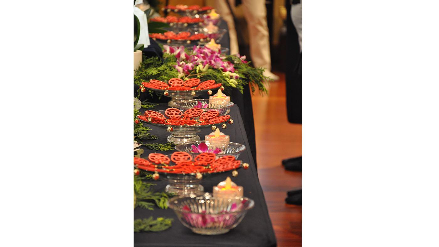 蠟燭和蘋果吊飾,象徵智慧、平安、吉祥。攝影/張蔚