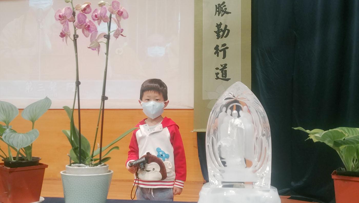 年僅四歲的攝影小志工鐘禮安。攝影/鍾東錦