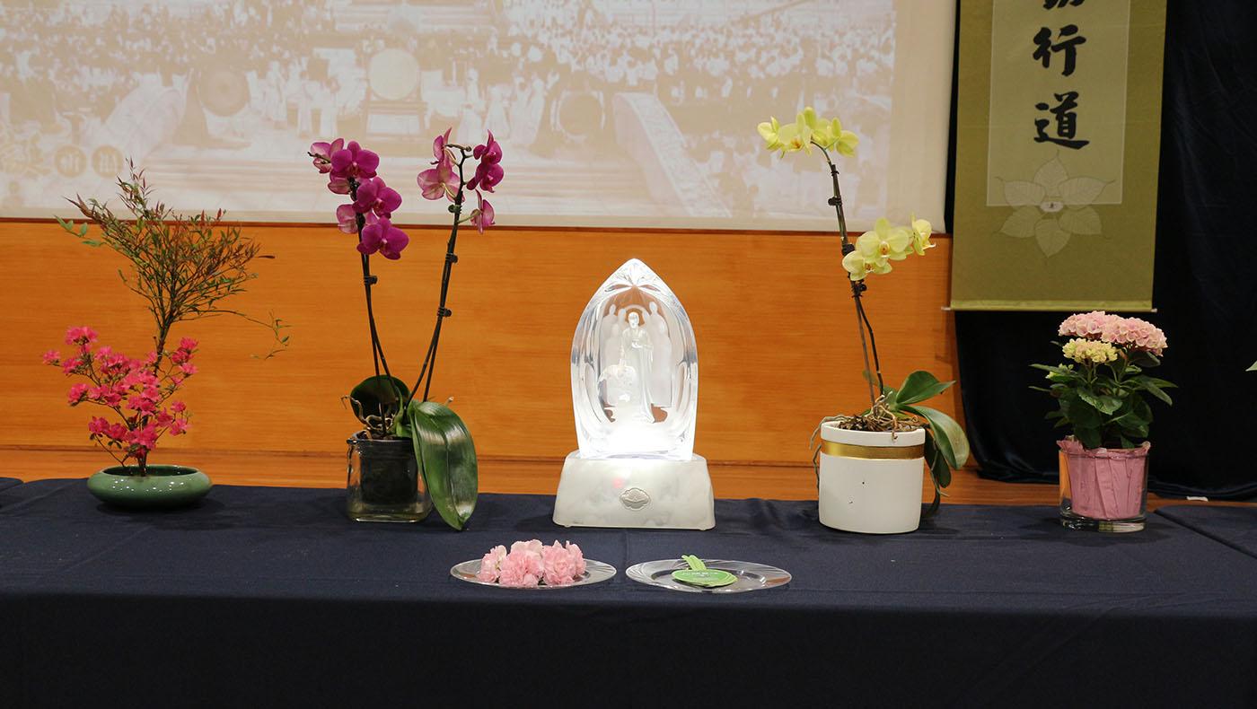用簡單素雅的花朵供佛。攝影/鍾東錦