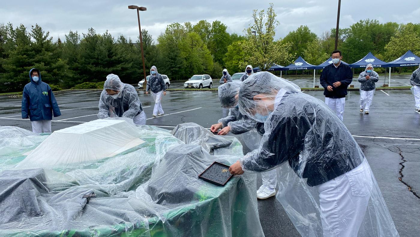 彩排時下雨為一大挑戰,身著雨衣不影響道心堅定。攝影/劉紹珍