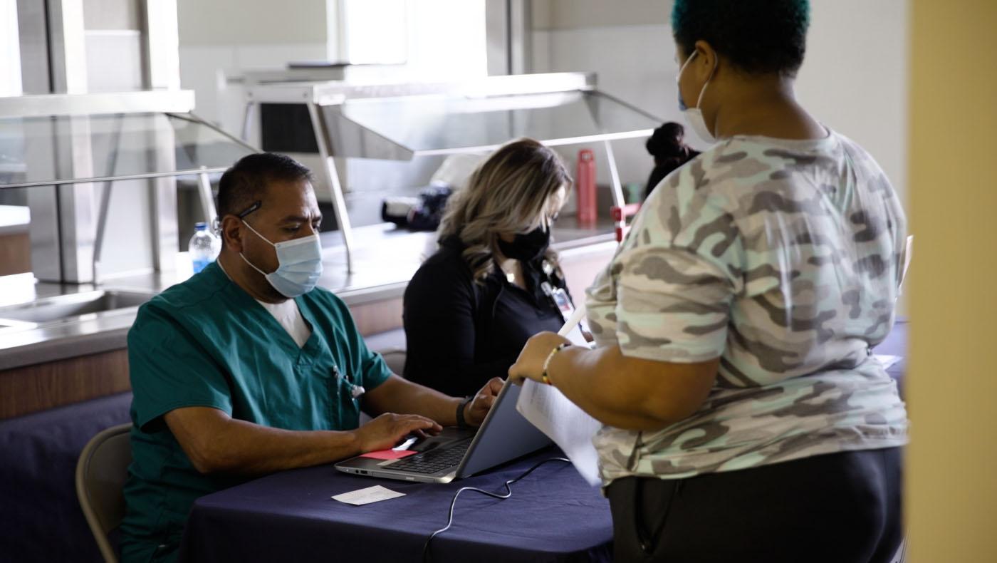 4月7日当地不同组织和慈济联手动员,为包括原住民在内的农工施打疫苗。图片来源/视频截图