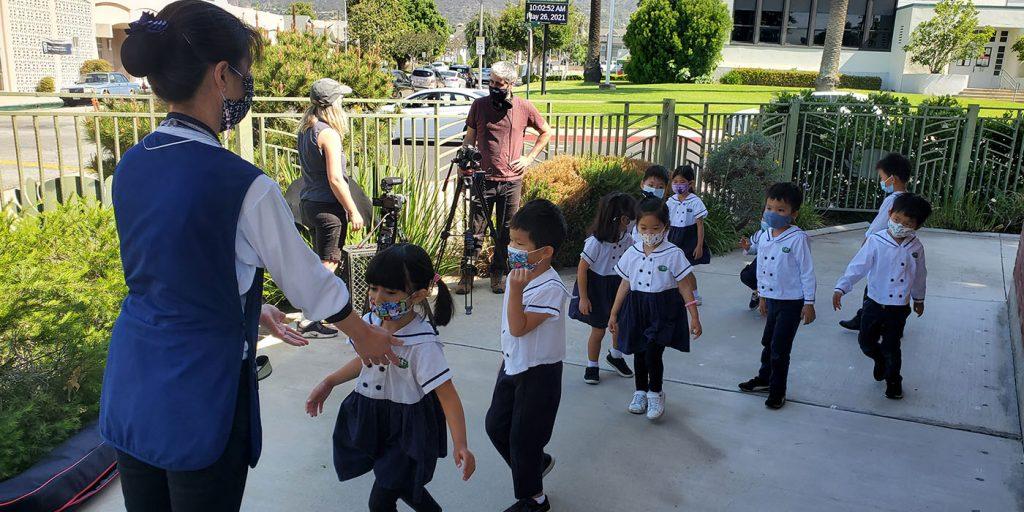 5月26日在慈濟蒙羅維亞幼兒園錄製教育志業募款晚會的表演節目,攝影團隊選擇在三個不同場地錄製,讓表演影片更加活潑。攝影/黃旭睦
