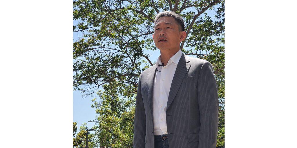 5月27日第二站拍攝,是核桃市副市長秦振國(Eric Ching)錄製祝福語。由於市府機關閉,路邊車流干擾大,加上停車場施工,艷陽下,光是找適合的拍攝地點就近半個小時。原本異想中最簡單的一站,卻因為車流噪音干擾,錄了近十次。攝影/黃旭睦