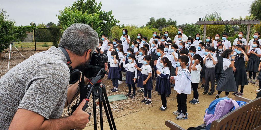 5月27日下午在慈濟核桃小學拍攝表演,選擇的背景就在綠意盎然的生命科學農場。攝影/黃旭睦