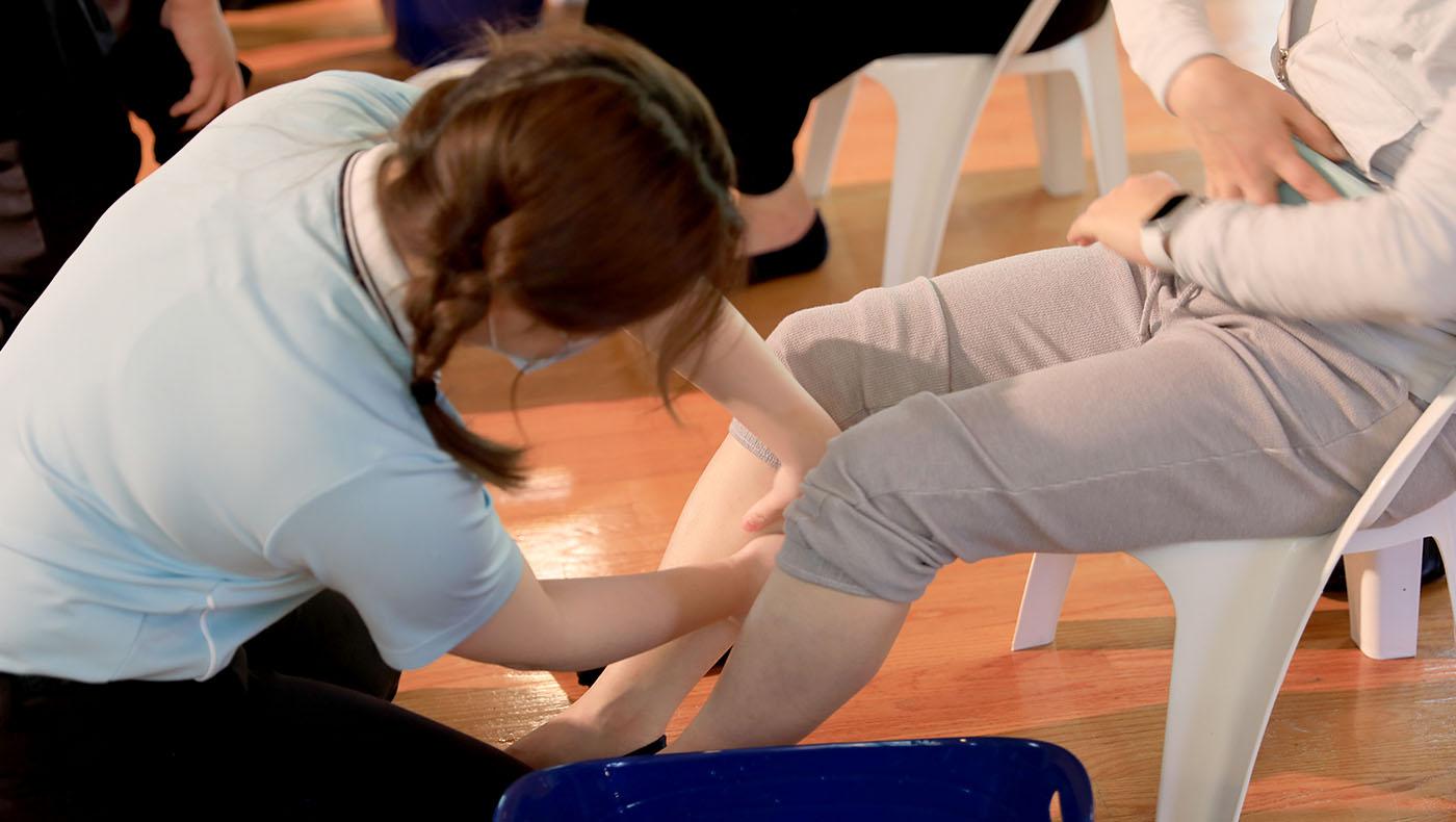 團員們為母親浴足之際,還加上腿部按摩,讓媽媽好好享受一下。照片提供/ 莊淂隆