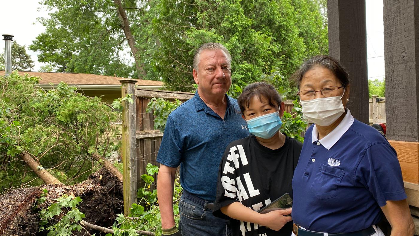志工前往張京(中)和馬克(左)家中關懷。攝影/馬樂