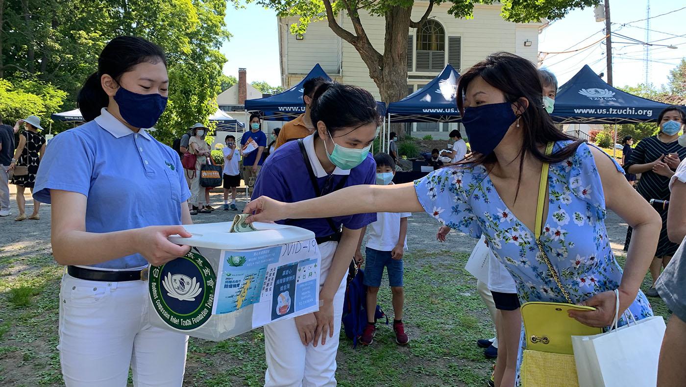 慈少黃智瀅(左) 和楊宜庭(中) 為台灣疫情收集捐款。 攝影/謝蕙如