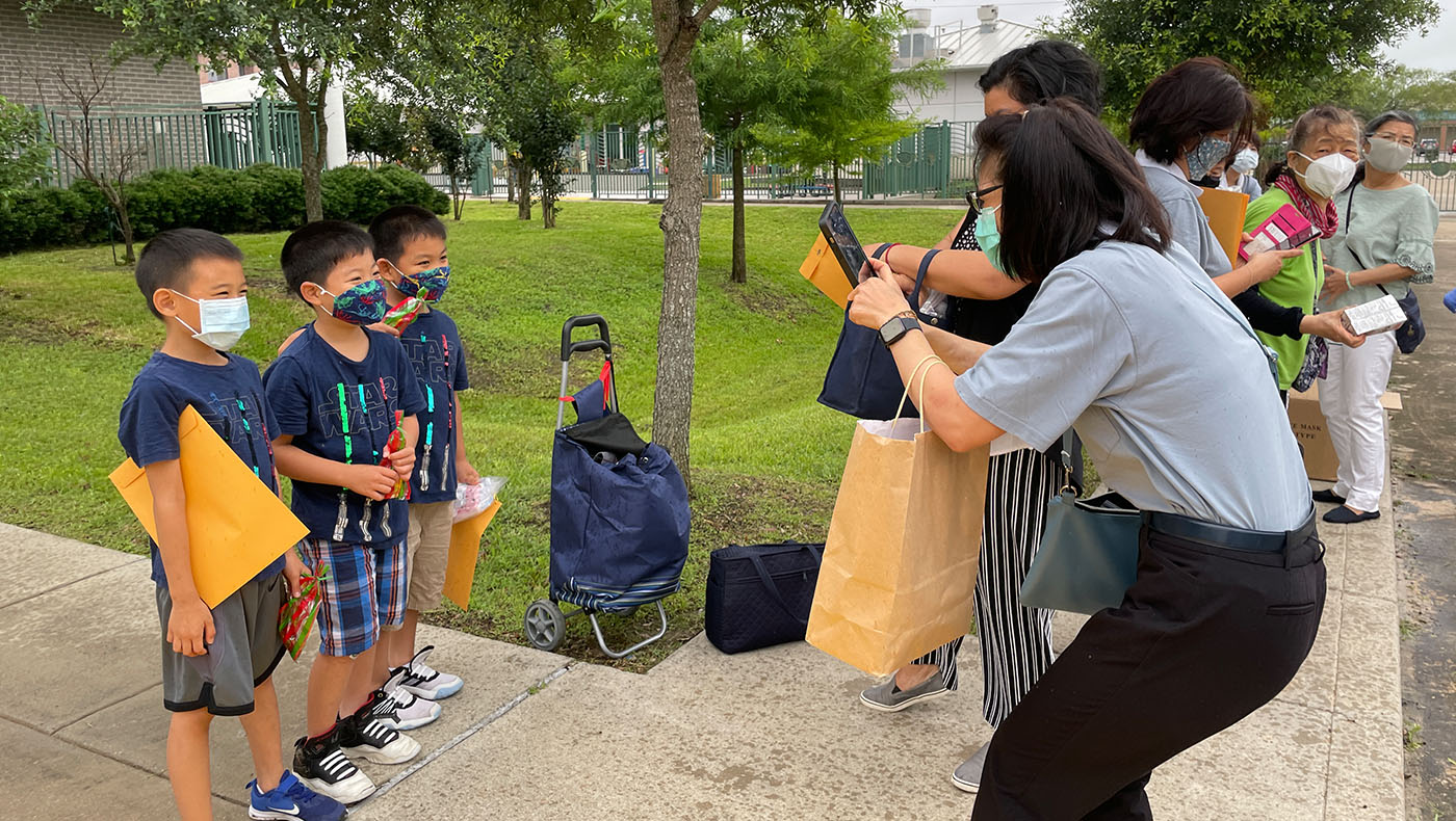 學生們在5月23日回到學校領取獎狀和獎品。攝影/吳育宗