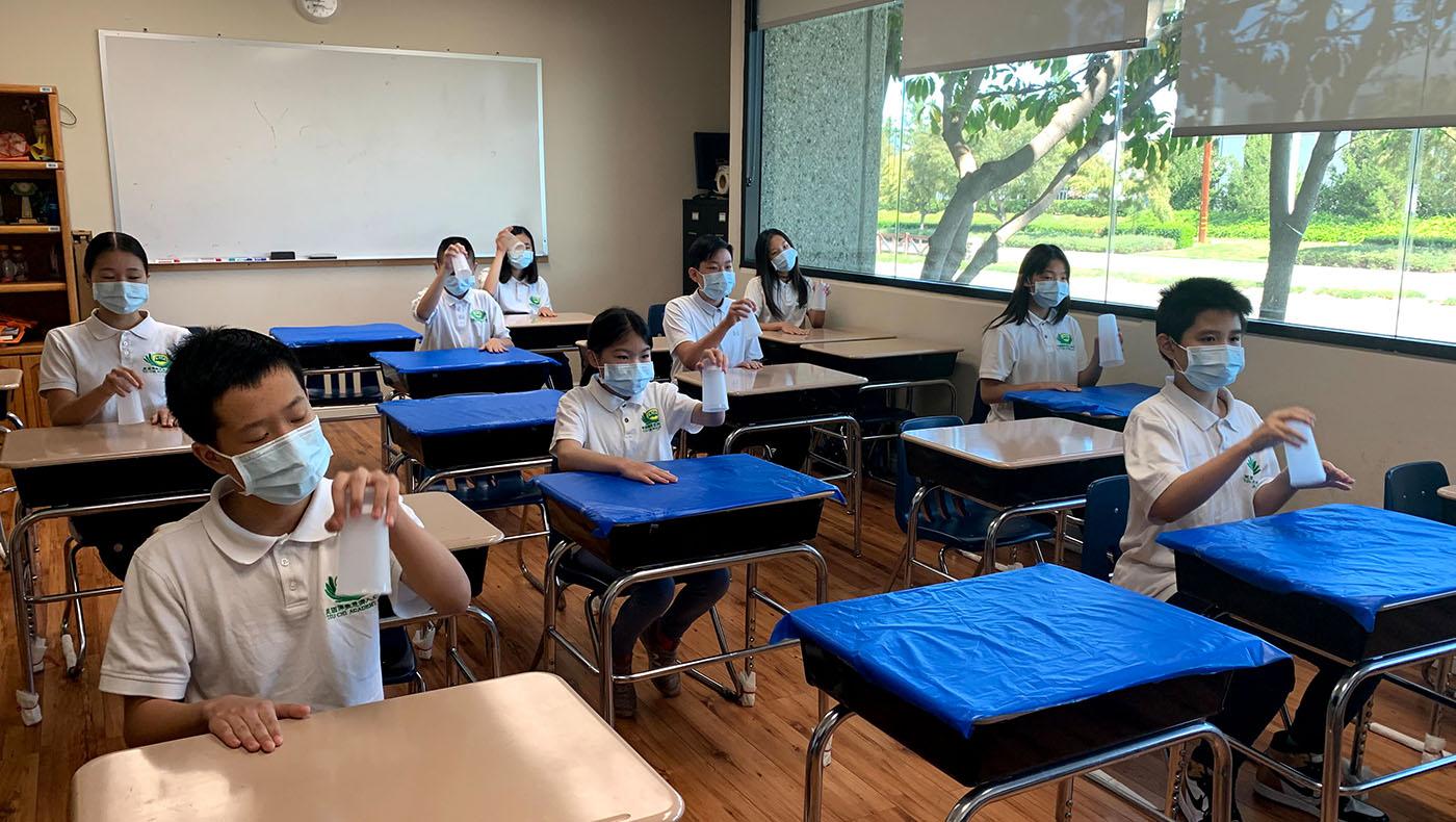 高年級學生表演杯子舞。攝影/蘇慧情