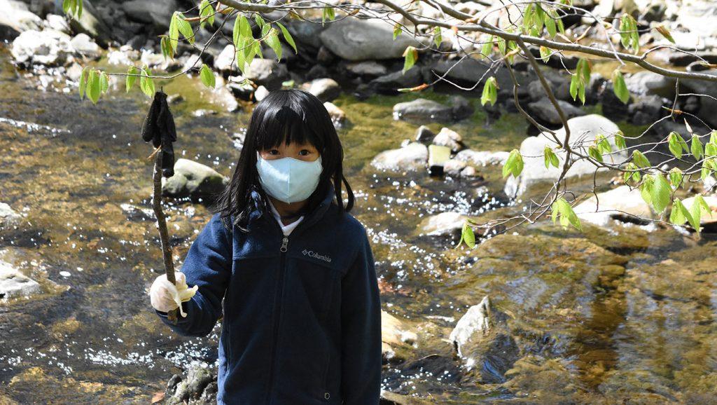 撈起溪中的垃圾。攝影/蔡蕙菁