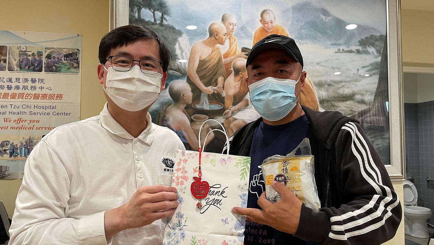 TzuchiUSA-medical-foundation-patient-give-water_0002_MUZN8645