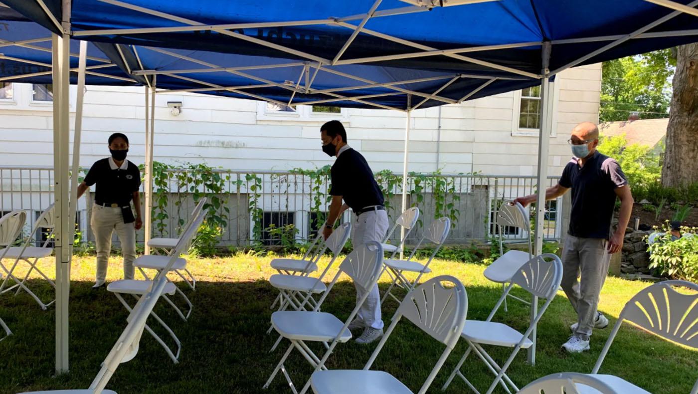 典禮前的準備工作——排椅子。圖為慈濟志工郭雅芳(左)、吳建發(中)、黃偉祥(右)。 攝影/謝蕙如