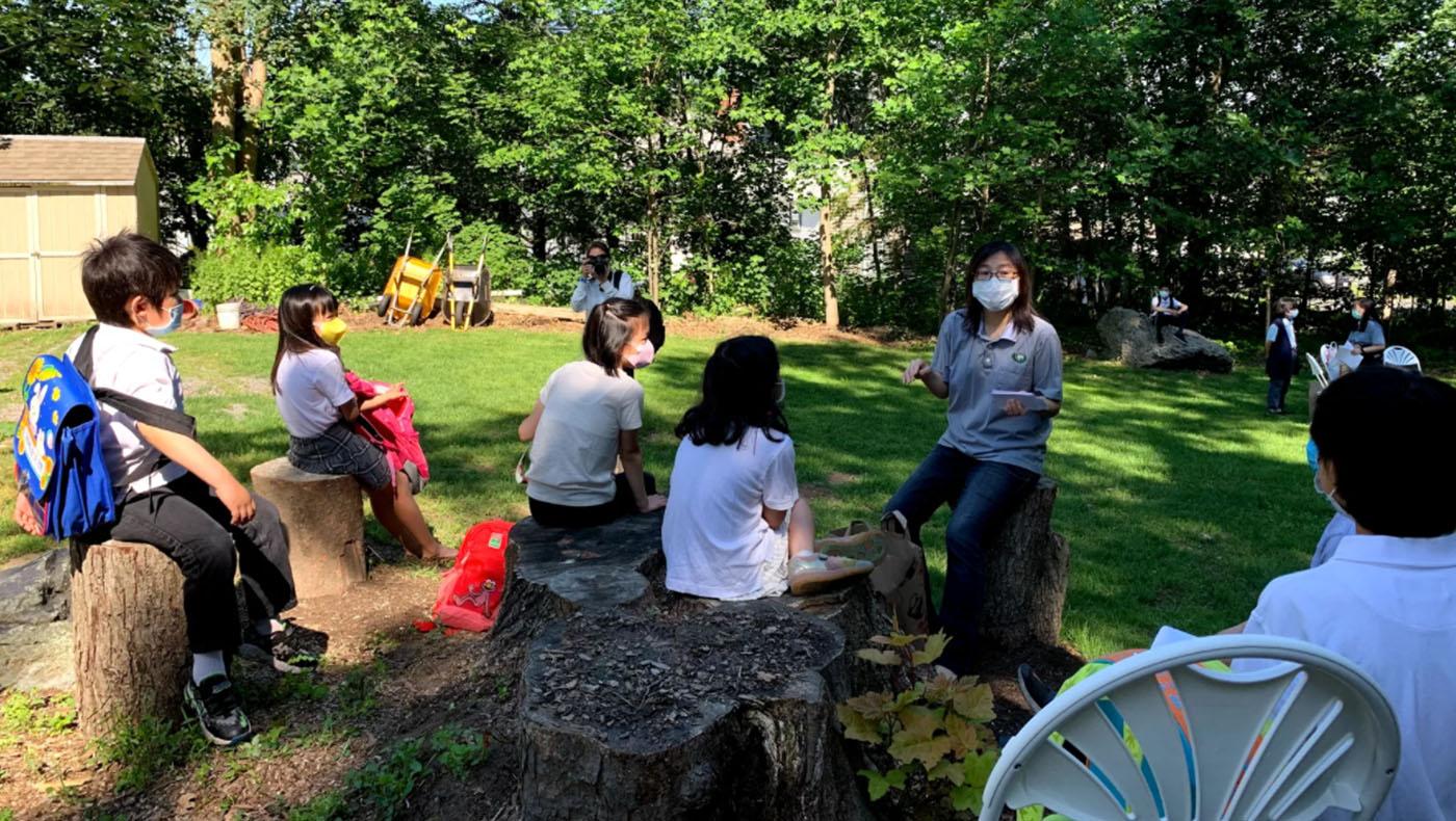 三年級廖素圓老師向學生們說明暑假作業。 攝影/謝蕙如