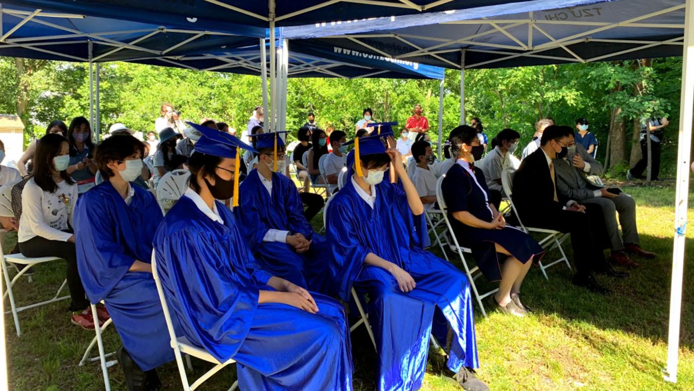 畢業典禮就在擁有百年歷史的波士頓會所前舉行。畢業生群藍色的禮服,搭配著綠茵的草地,就如一幅美麗的圖畫。 攝影/謝蕙如