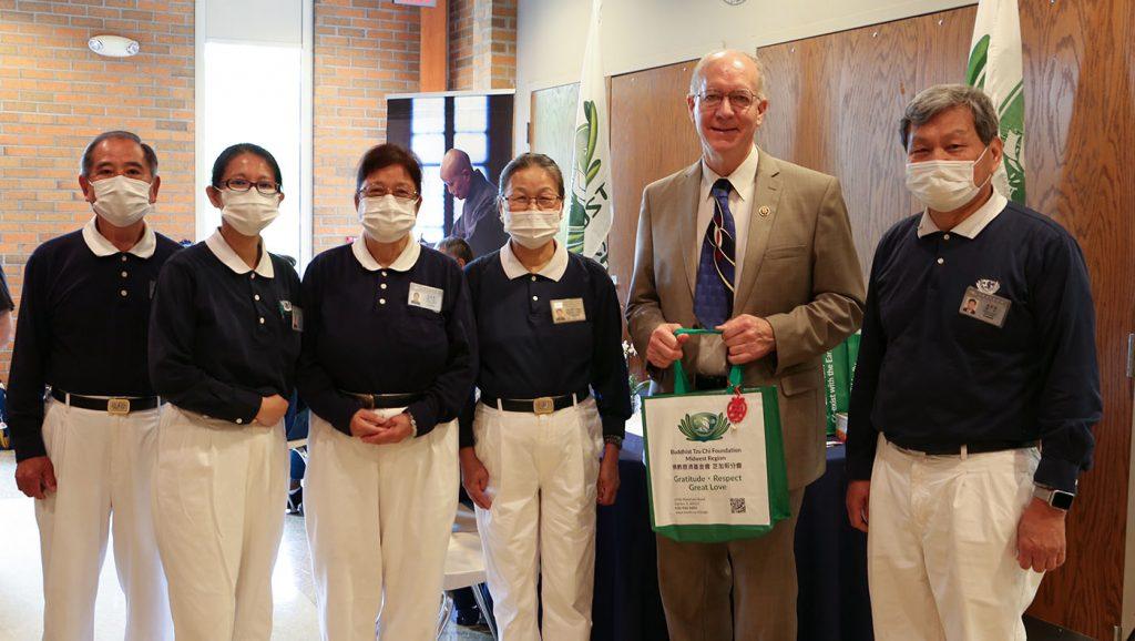 眾議員佛斯特驚喜遇見來自台灣的慈善組織。攝影/馬樂