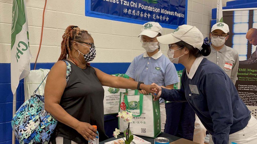 Los voluntarios dan sinceras bendiciones a los sobrevivientes. Foto / Yue Ma