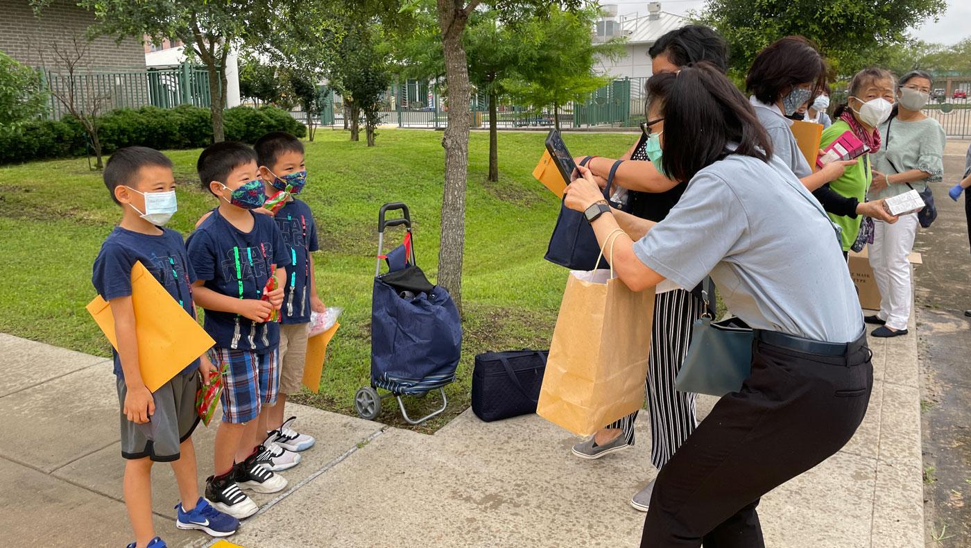 Los estudiantes de la Academia Tzu Chi regresan a la escuela el 23 de mayo para recibir sus certificados de graduación y premios. Foto / Jong Wu