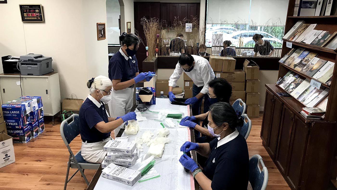 志工在慈濟橙縣聯絡處打包的情景。攝影/黃友彬