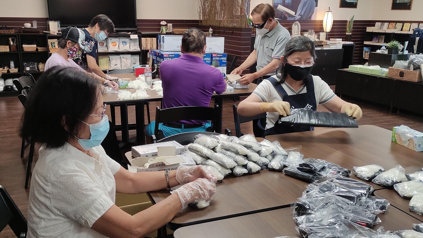 志工8月20日到慈濟核桃教育園區組裝「口罩包」。攝影/曾永忠