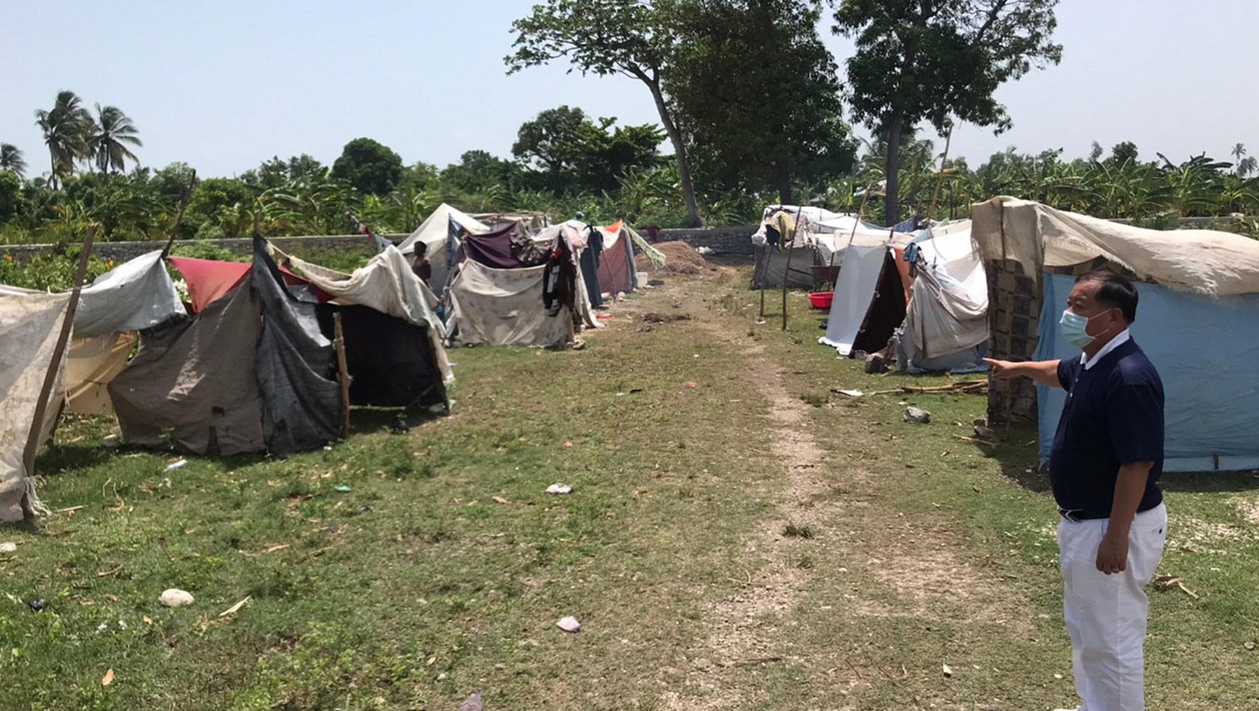 慈濟海地志工走訪地震災民暫居的帳篷區。