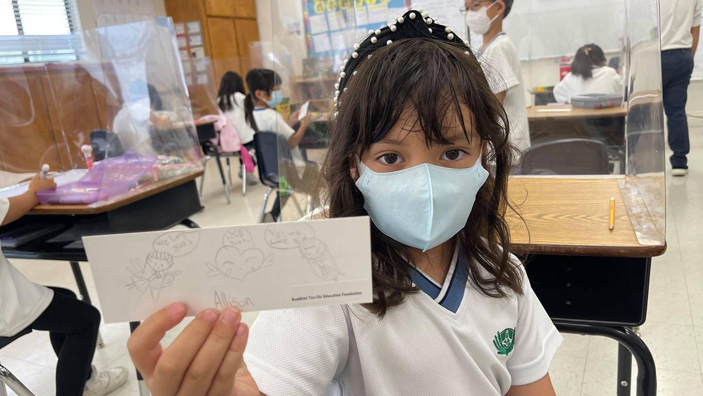 慈濟教育基金會的學童為海地災民畫祝福卡。