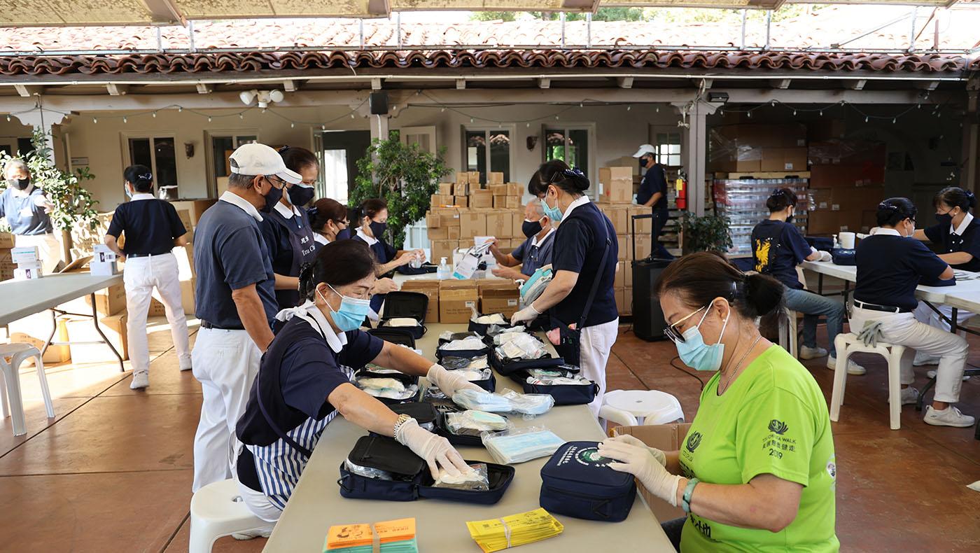 慈濟美國總會志工為海地賑災組裝「慈濟家庭醫療包」。