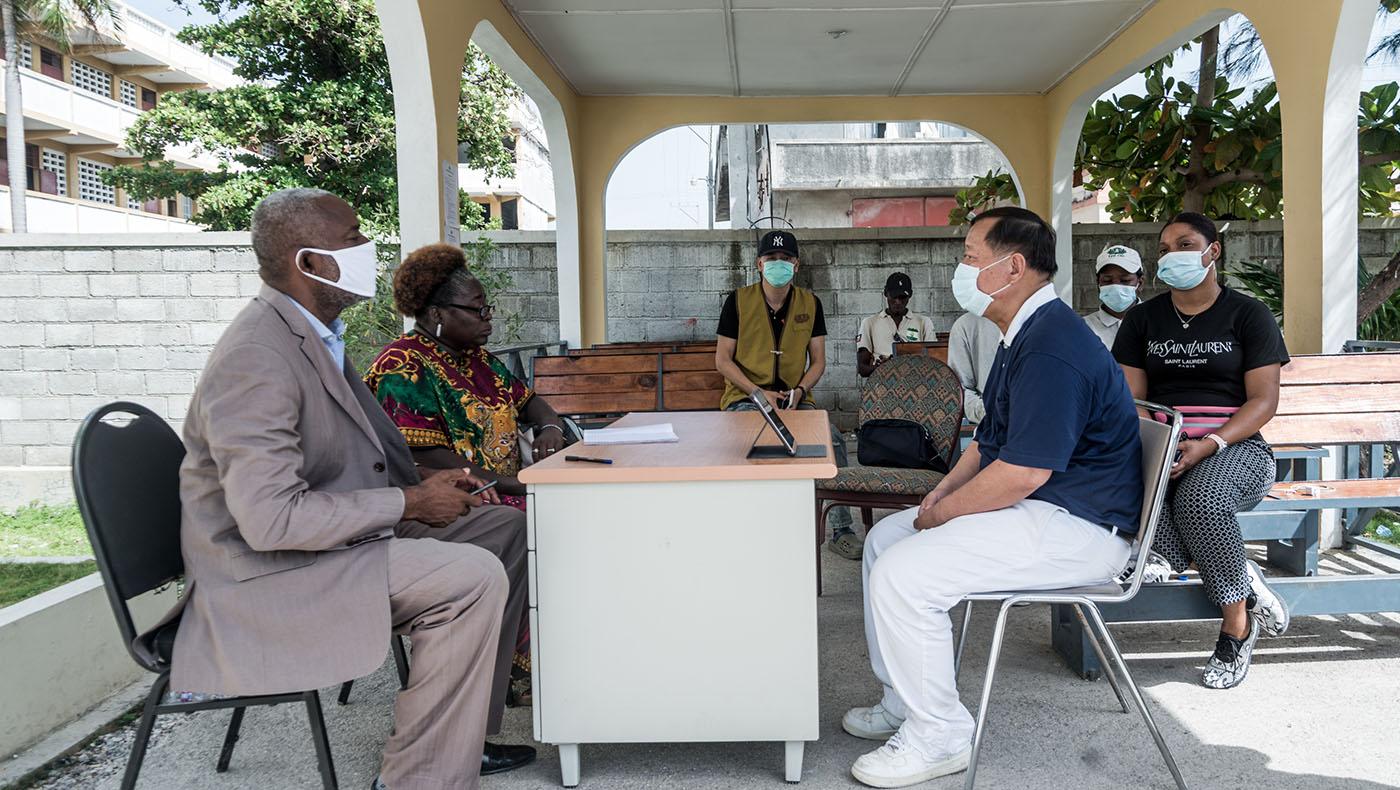 慈濟志工拜會重災區萊凱市的市長,研商賑災議題。