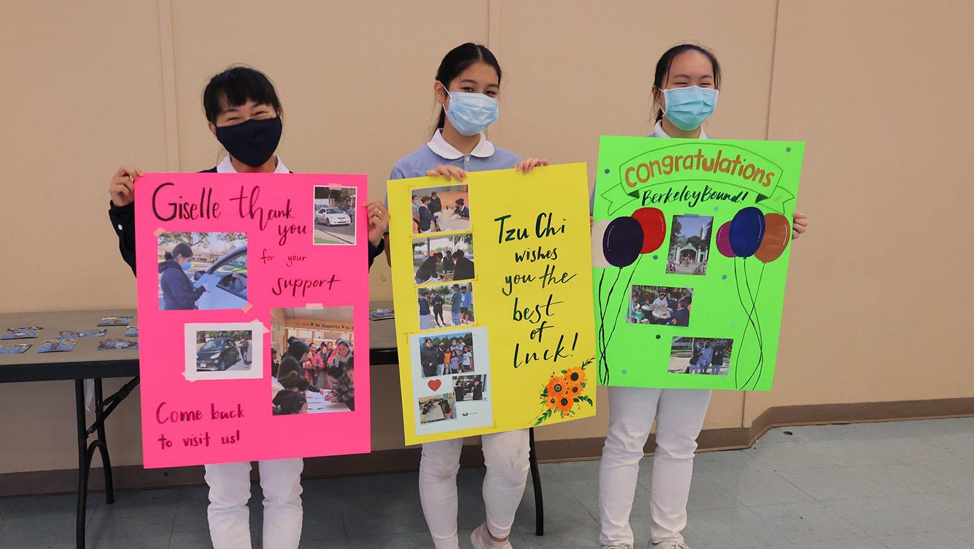 慈濟志工將過去吉思爾在食物銀行服務的照片,以及慈濟志工對她的感謝與祝福做成三張大海報送給她。攝影/呂宛潔