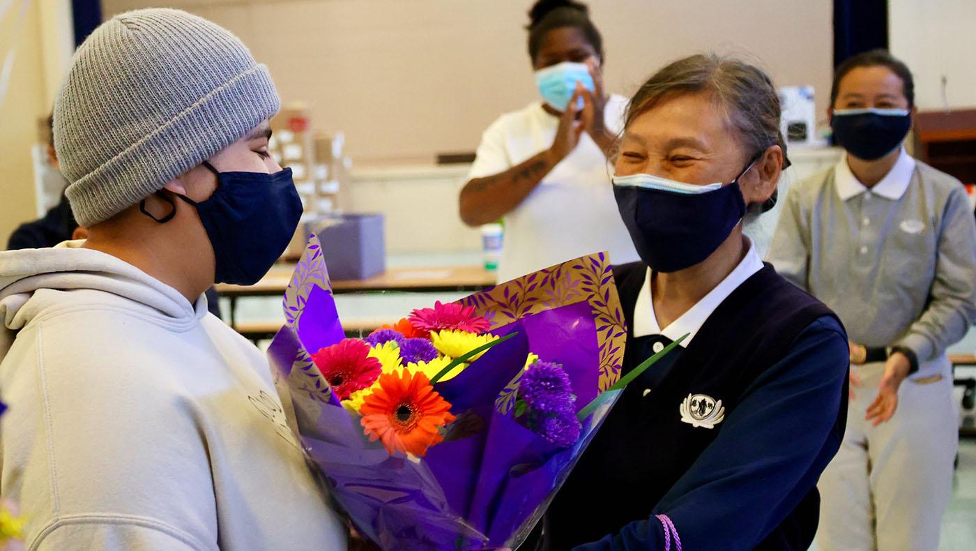 慈濟志工為吉思爾舉爾辦慶祝會,恭賀她將進入柏克萊加大就讀,並感謝她過去幾年在食物銀行的付出。攝影/呂宛潔
