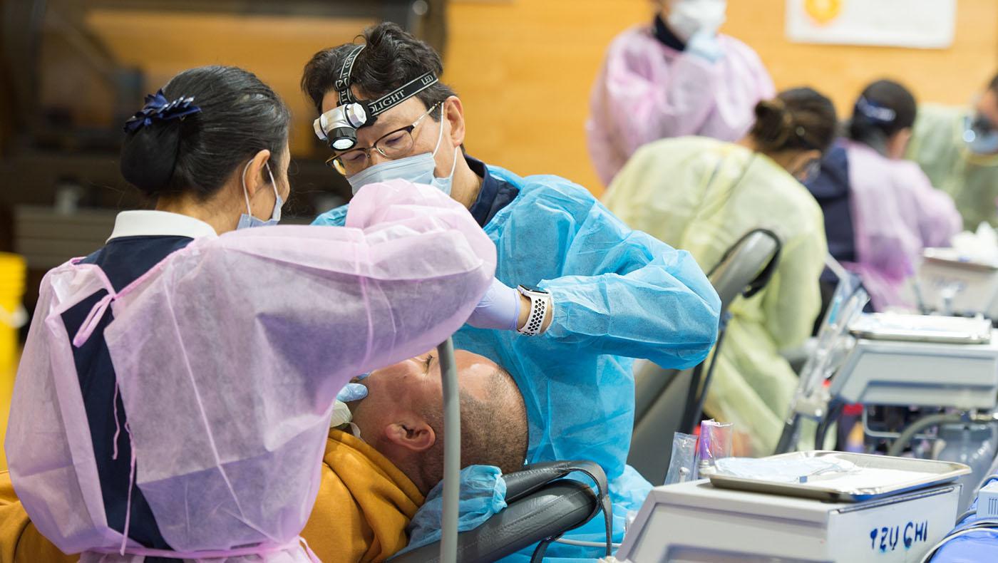 2019 年12月14 日慈濟志工借用食物銀行發放的場地( Costano School),舉辦牙科義診,提供了75人次的治療服務。攝影/蔣國安