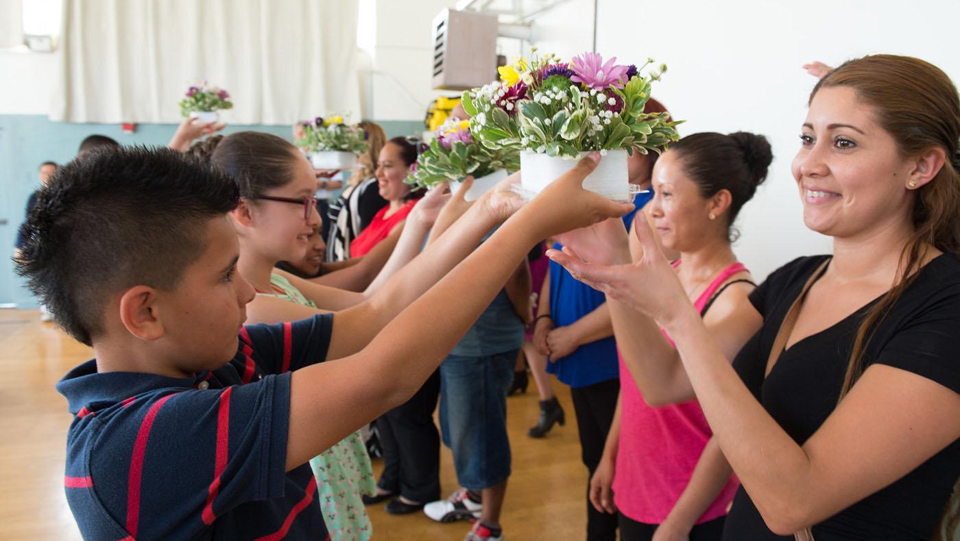 全勤獎頒獎典禮中,慈濟志工為學生準備花束獻給父母,感謝父母的培育之恩,帶他們準時上課。攝影/蔣國安