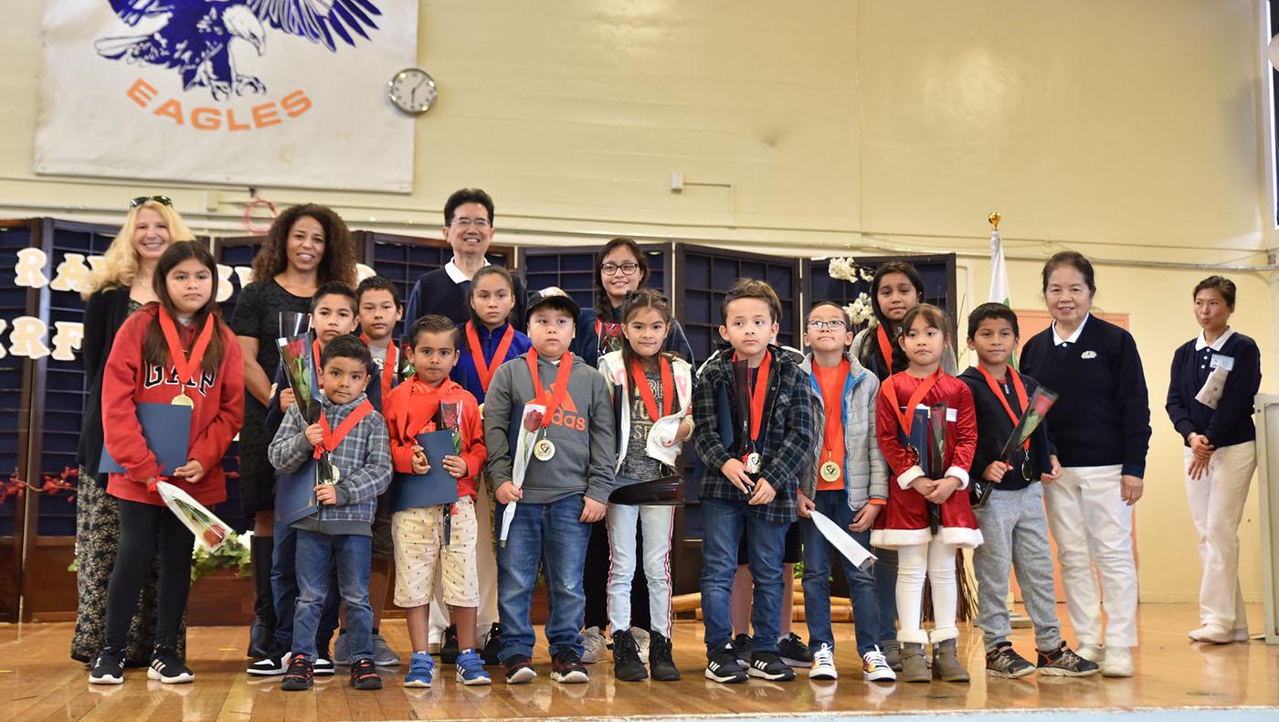 2019年12月7日慈濟志工為瑞文斯伍德市學區 (Ravenswood City School District) 中小學全勤學生舉辦全勤獎頒獎典禮,後排左二為學區總監吉娜蘇達瑞雅 (Gina Sudaria)。攝影/林秀芬