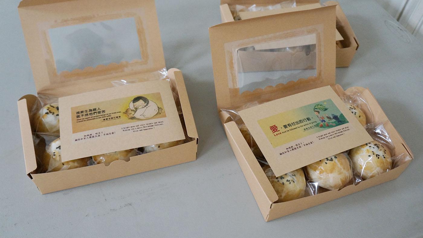 每一個禮盒裝入六顆月餅並放上一張《靜思語》卡片。攝影/許維真