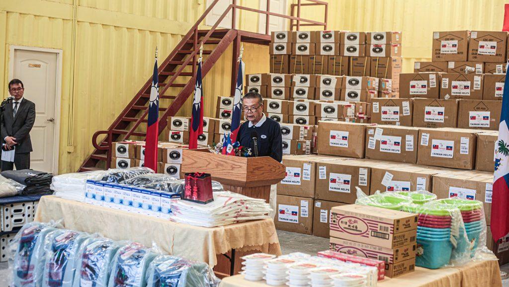 慈濟賑災關懷團領隊志工陳健在物資捐贈儀式中致詞。
