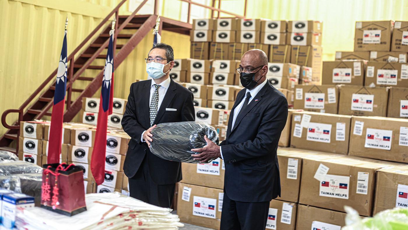 捐贈儀式中,中華民國駐海地大使古文劍代表捐贈物資給海地,由海地總理阿里爾·亨利代表接受。