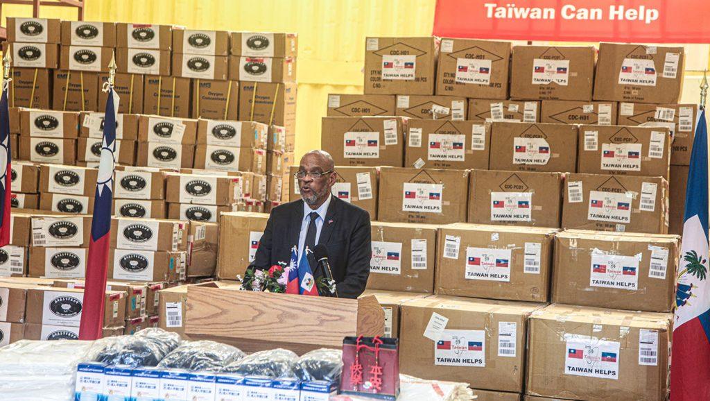 海地總理阿里爾·亨利在物資捐贈儀式中致詞。