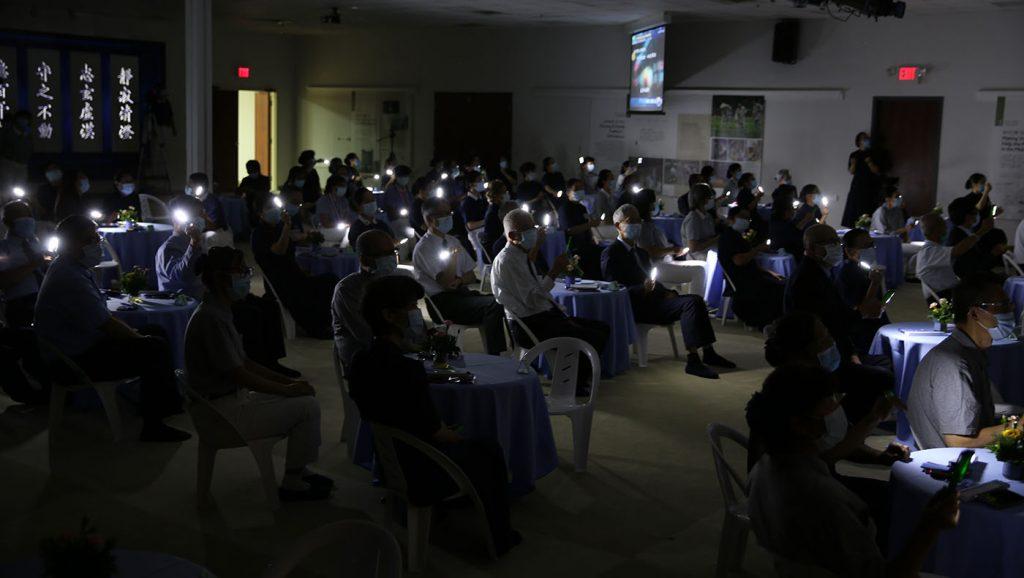 螢光燈開啟時也點燃人人心燈,願燈燈相傳,人人接棒,永續不斷。攝影/李仁傑