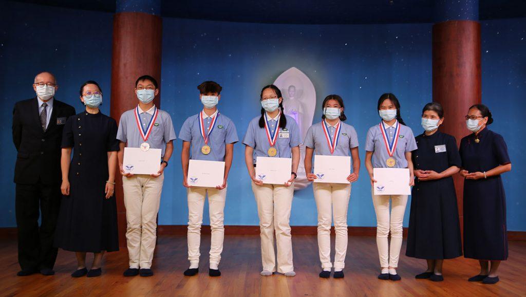 慈少疫情中仍精進,美國政府以總統獎頒發學生金、銀、銅獎牌以資鼓勵。攝影/李仁傑