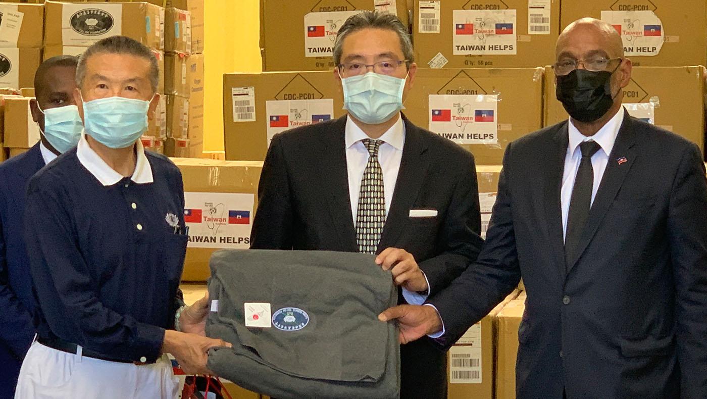 (左起)慈濟賑災關懷團領隊志工陳健、中華民國駐海地大使古文劍、海地總理阿里爾·亨利。