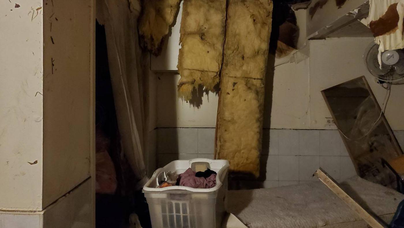 地下室全部泡水,天花板的泡綿全部毀壞,木板架構全部外漏。攝影/蔣珊珊