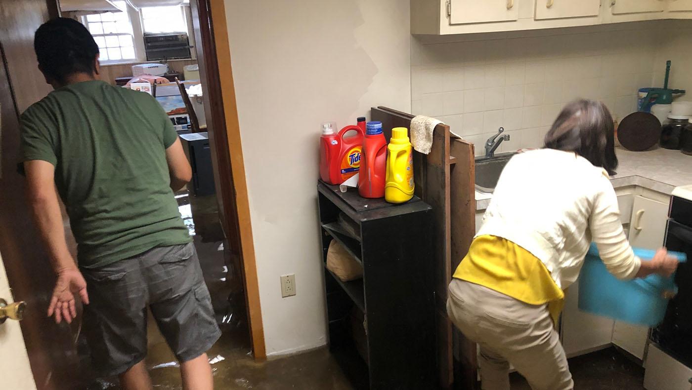 志工們協助清理李敏玉家地下室。攝影/蔣珊珊