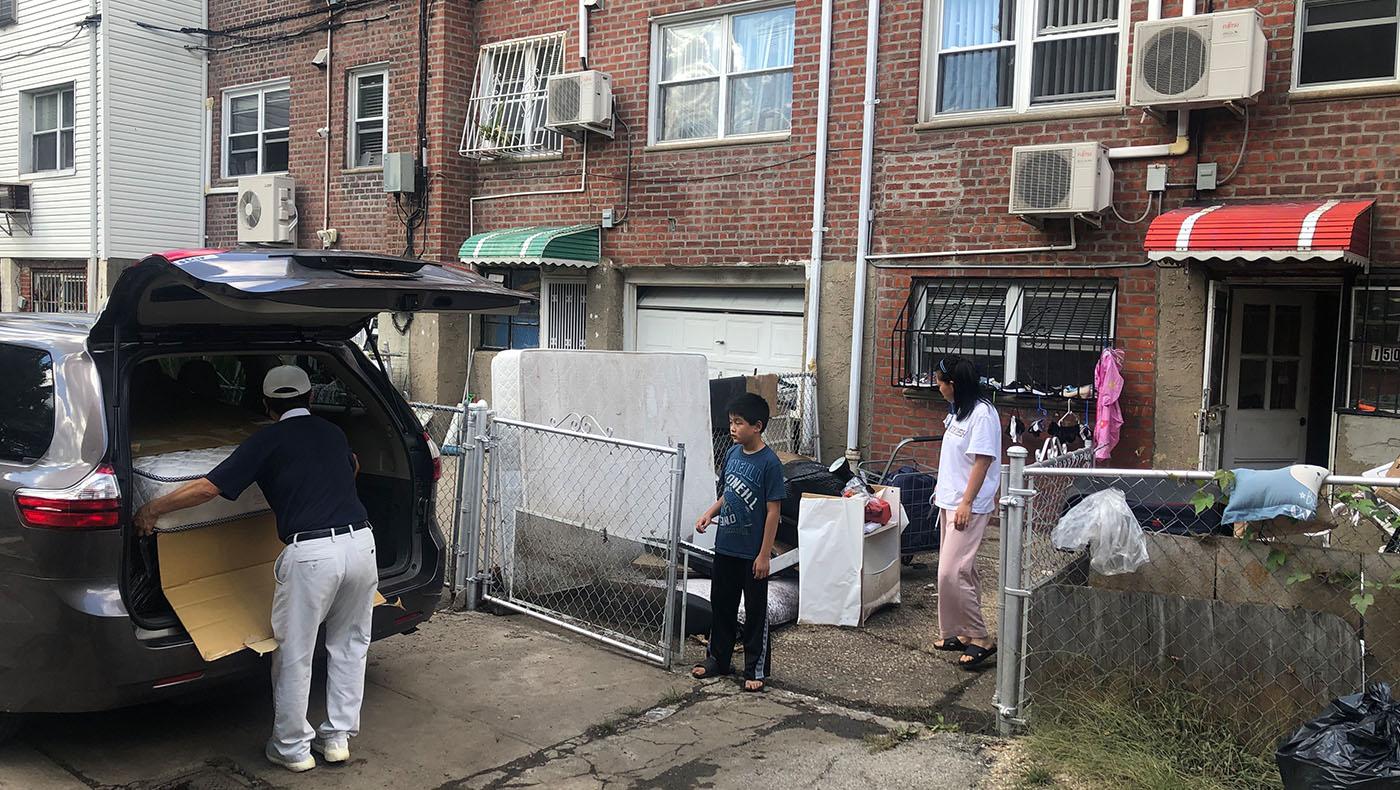 志工隔天隨即送來二手床墊與櫃子,讓受災民眾可以暫時使用。攝影/蔣珊珊